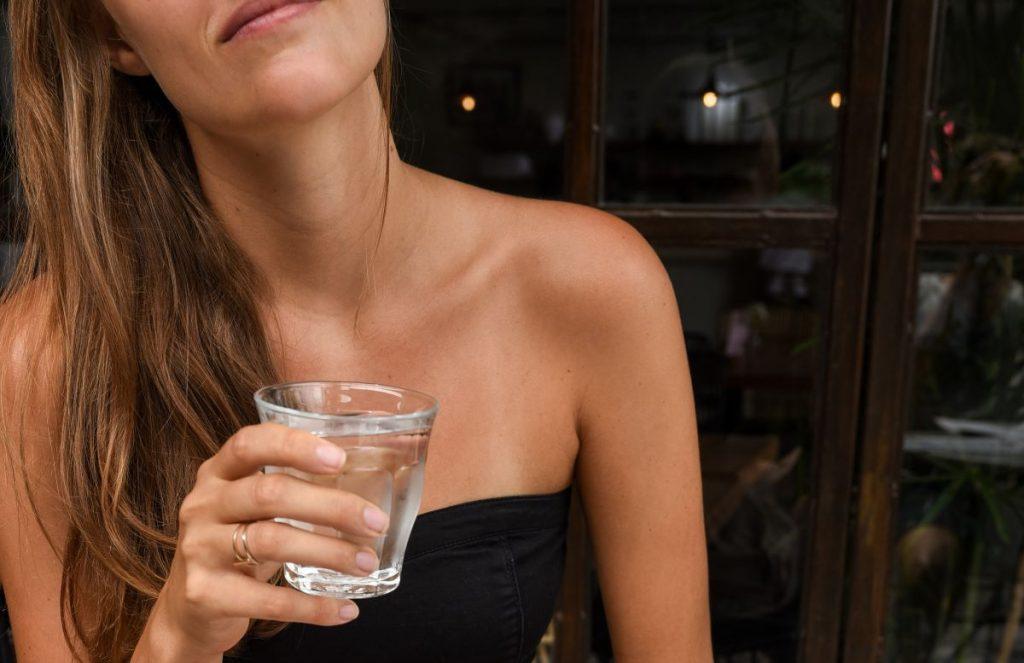 cuanta agua beber al dia
