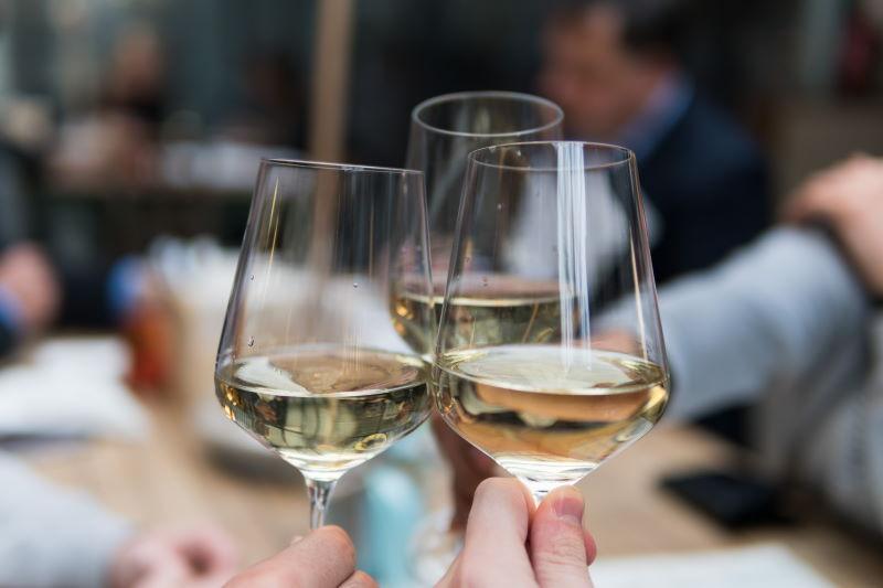 cuantas copas de vino puedo beber al dia
